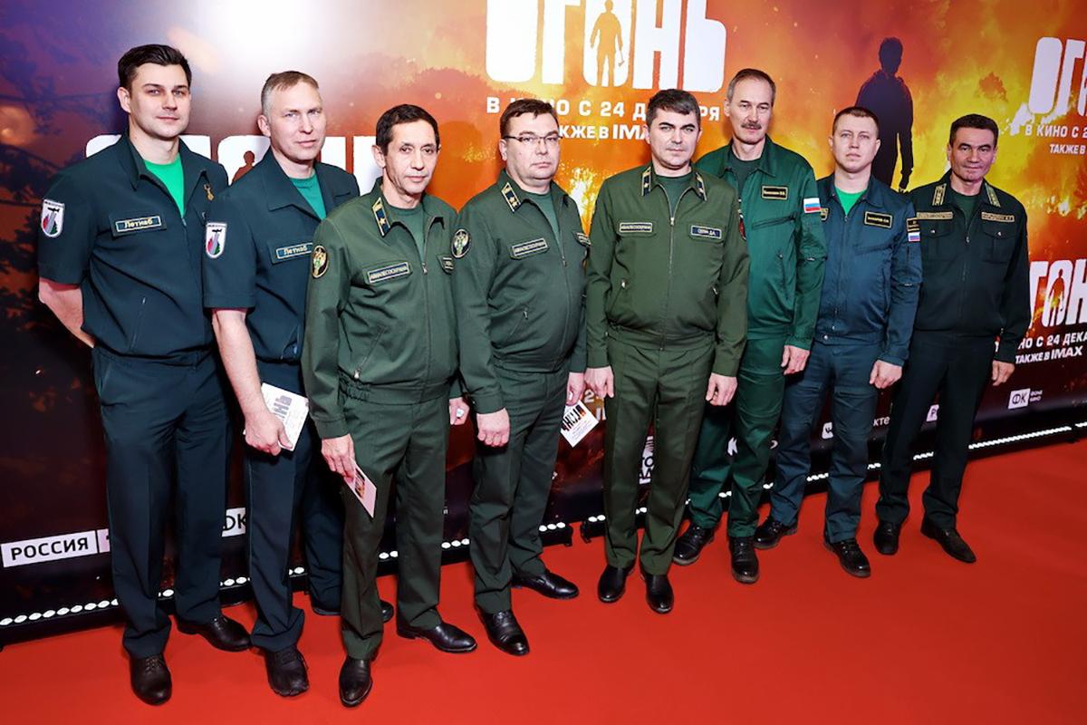Картина посвящена пожарным-десантникам и спасателям