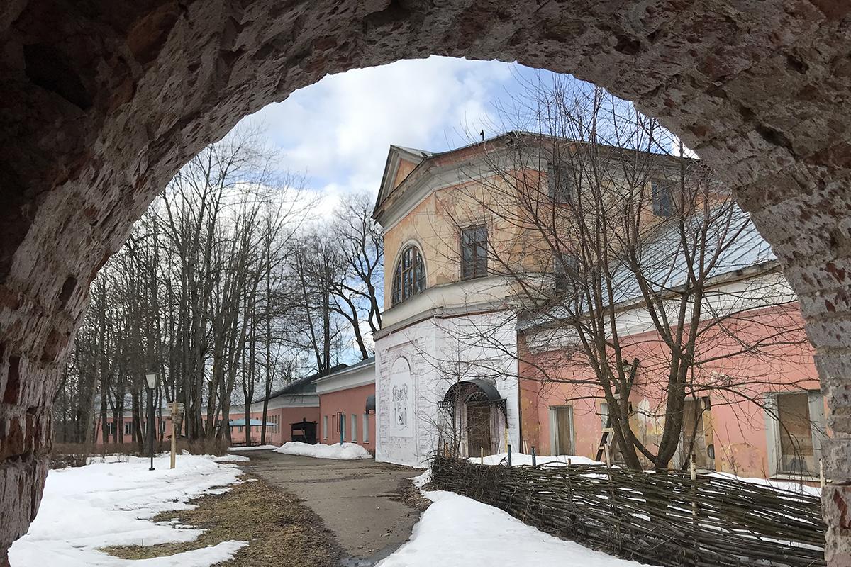 По руинам усадьбы Апраксиных в Ольгово